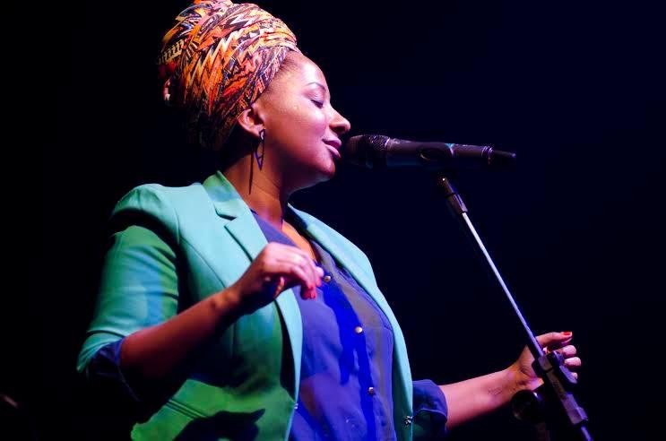 Karla da Silva canta sucessos de Clara Nunes no Sesc Nova Iguaçu.